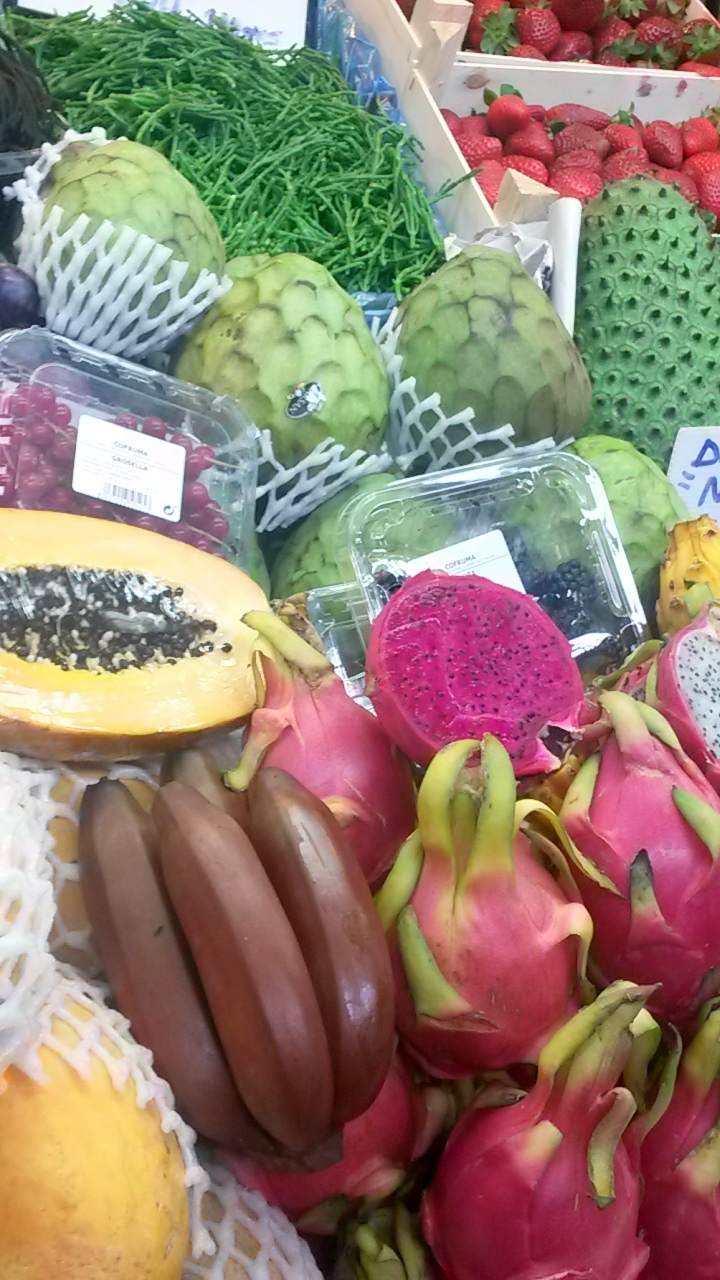 Buy tropical fruits at Malaga markets